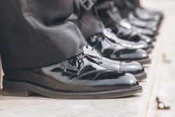 Λεπτομέρεια στο σμόκιν κουστούμι (παπούτσι λουστρίνι)